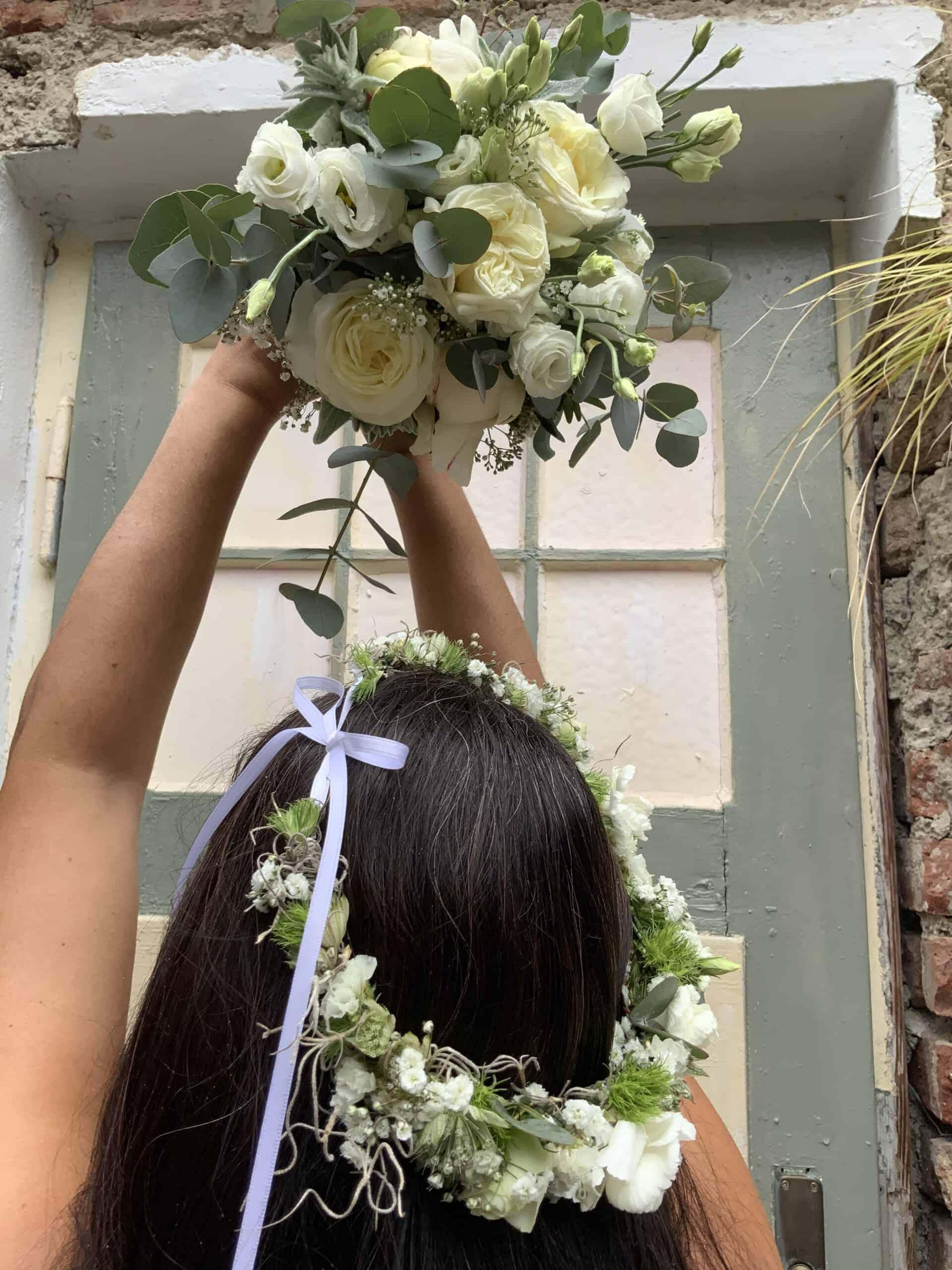 Hochzeitsfloristik Haarkranz Brautstrauß in weiss Rosen, Eucalypthus für Hochzeit in Pfaffenhofen Bayern