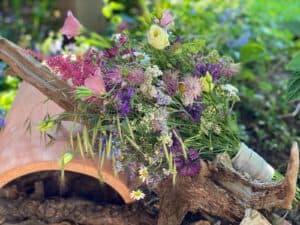 Vintage Brautstrauss Stil mit Wiesenblumen Kornblumen Sterndolde aufgenommen im Gartenglück Garten Pörnbach für Standesamt