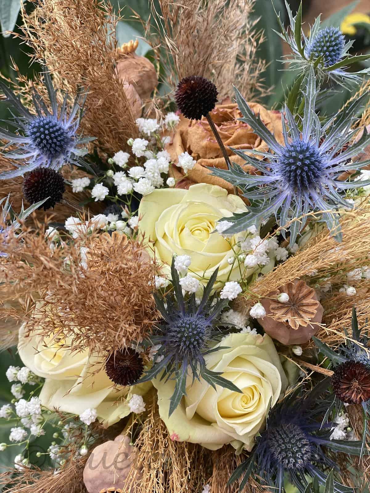 Boho für die Hochzeit - Gräser Disteln und Rosen grüßen die Braut brautstrauß vintage