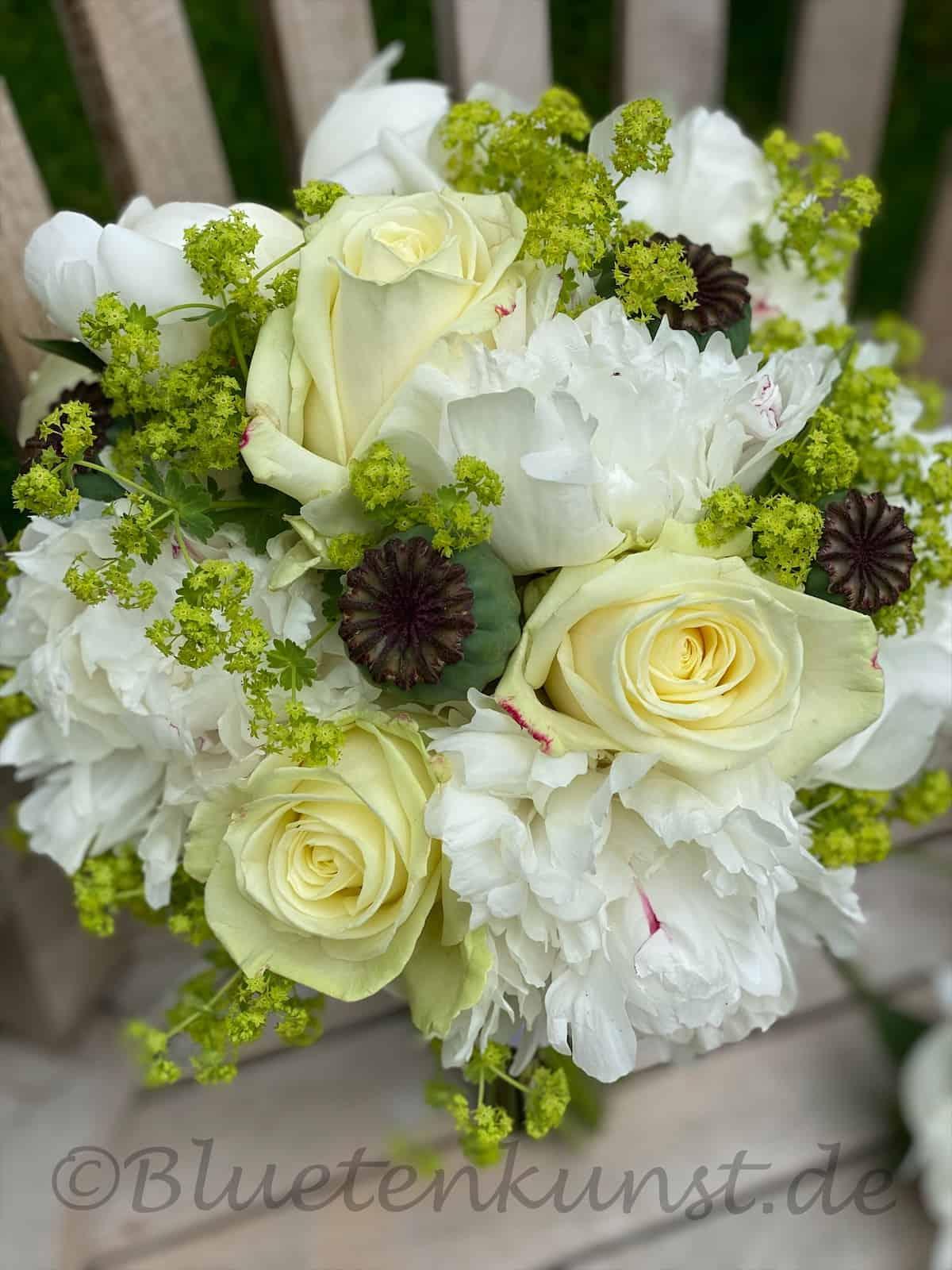Brautstrauß in Weiß weiße Rosen und Pfingstrosen