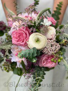 Floristik Brautstrauss mit Hochzeitsblumen vintage passend um Brautkleid