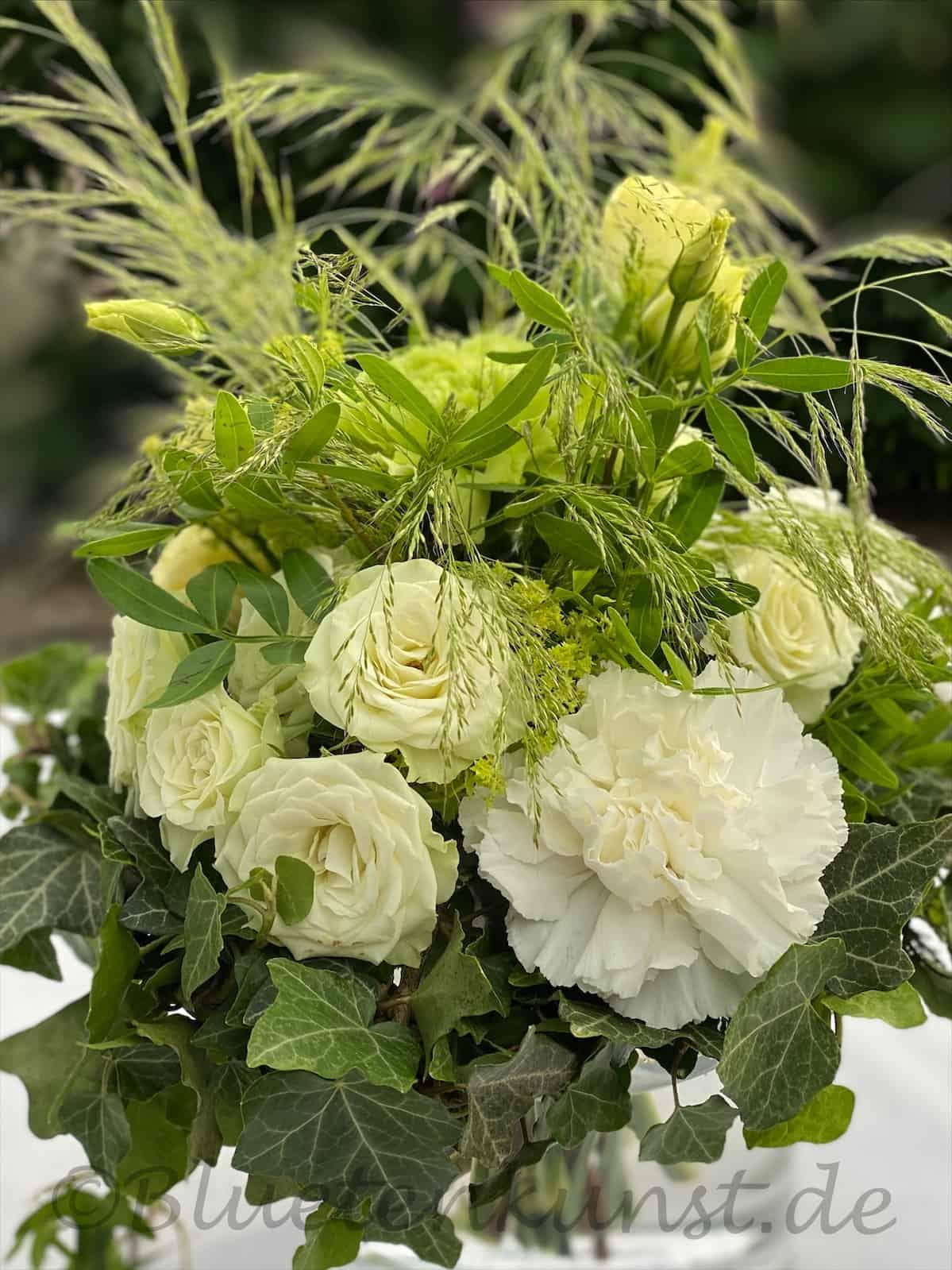 Braustrauß weiss grün mit Ziergräsern weiße Polyanther-Rose für Hochzeit in Standesamt Hohenwart Bayern