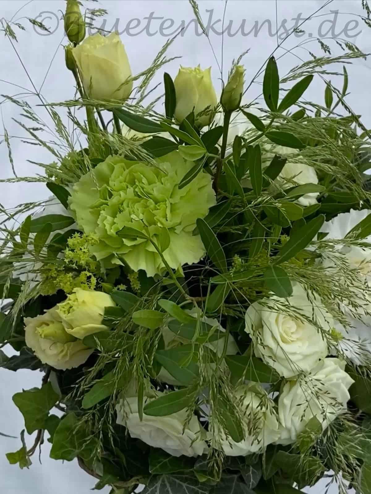 stilvoller Brautstrauss mit weißen Polyantha Rose