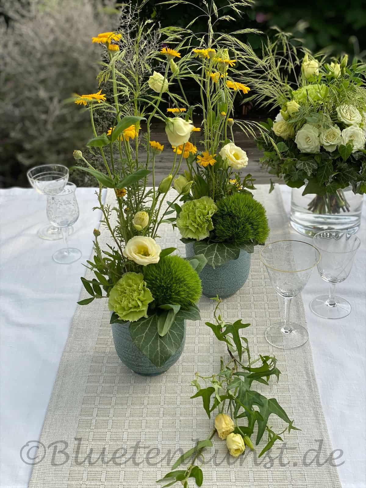 Tischdekoration Hochzeit weiß grün mit gelb grüne Bartnelke mit grüner Nelke, cremefarbener Lisianthus, Gräser und Färberkamille in gelb
