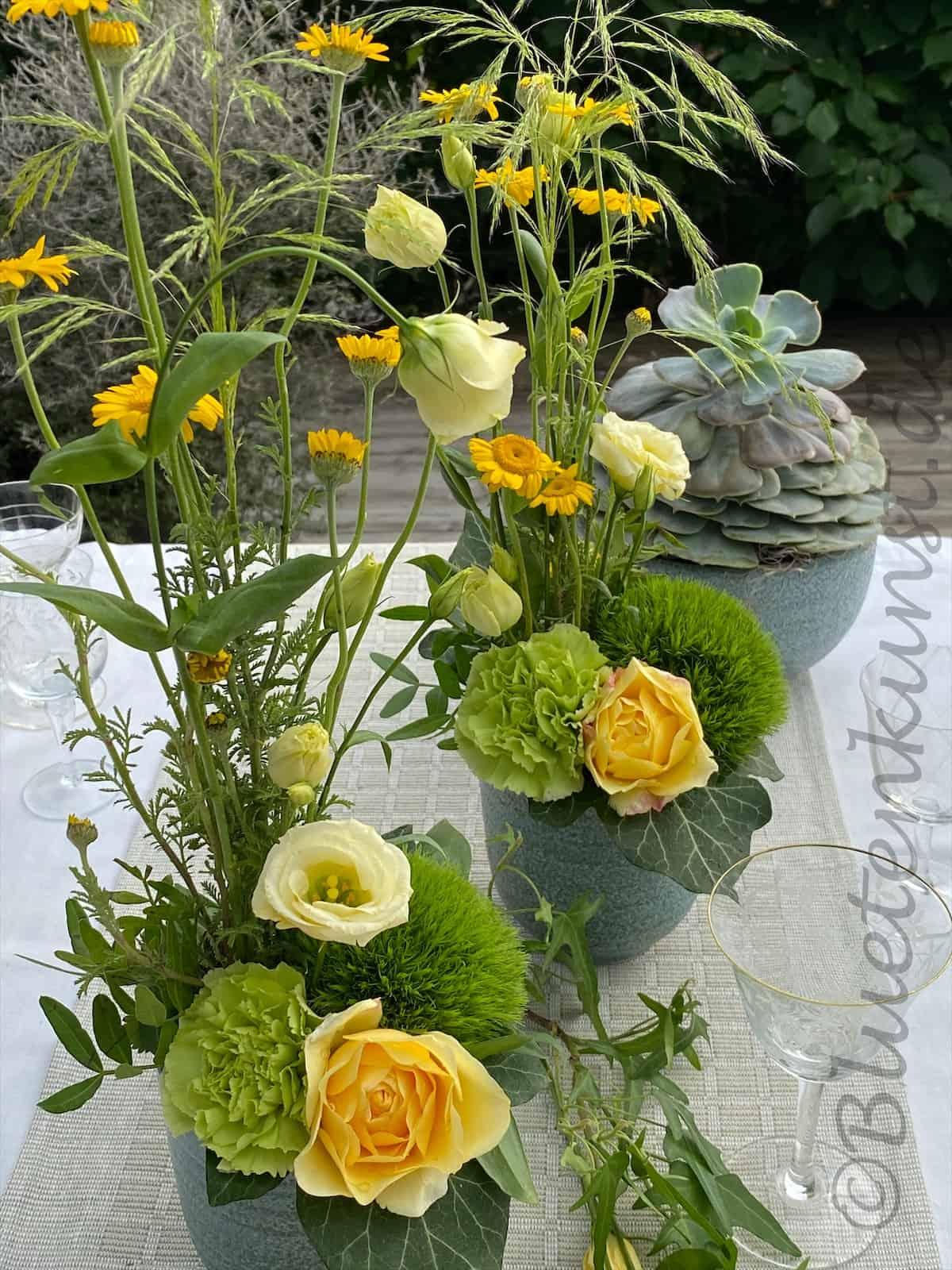 Tischdekoration Boho Style im Keramikgefäß Türkis Wiesenblumen
