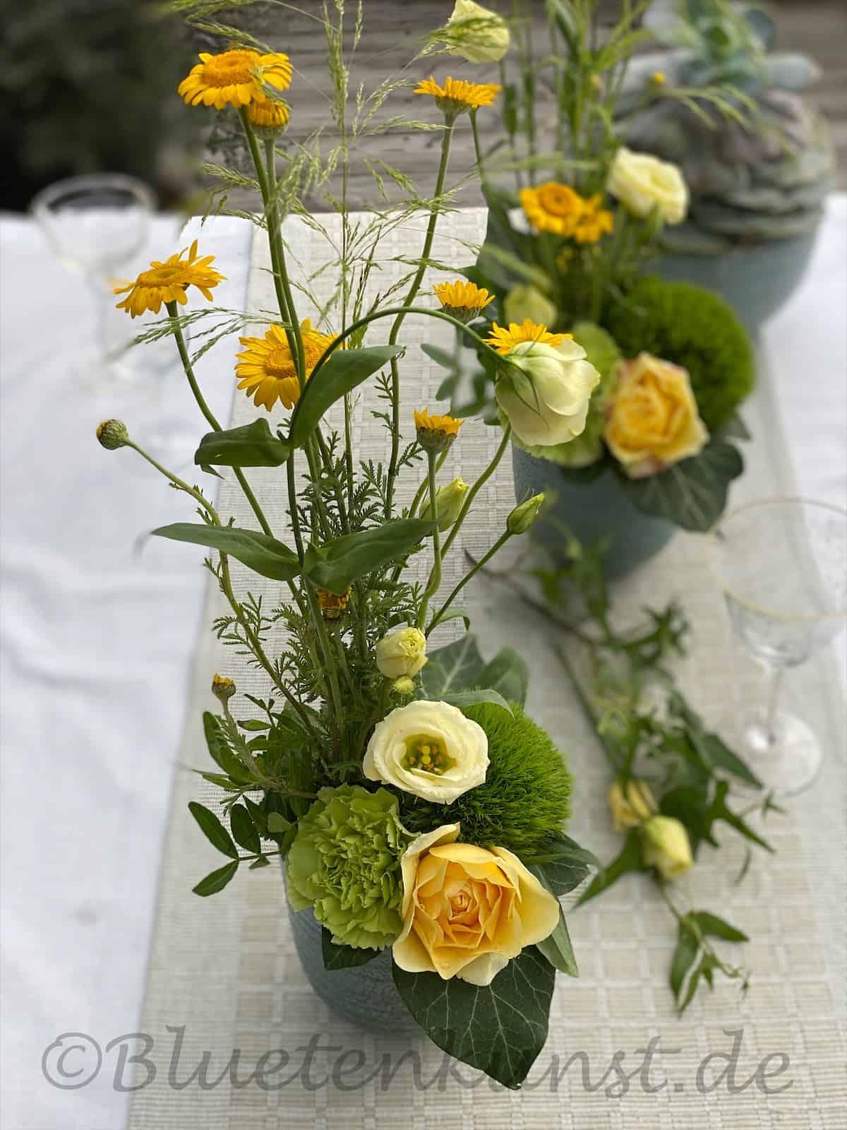 Blütenkunst auf dem Tisch Gräser und Wiesenblumen, Kamille und Nelken kombiniert mit gelber Rose aus dem Gartenglück Garten Pörnbach