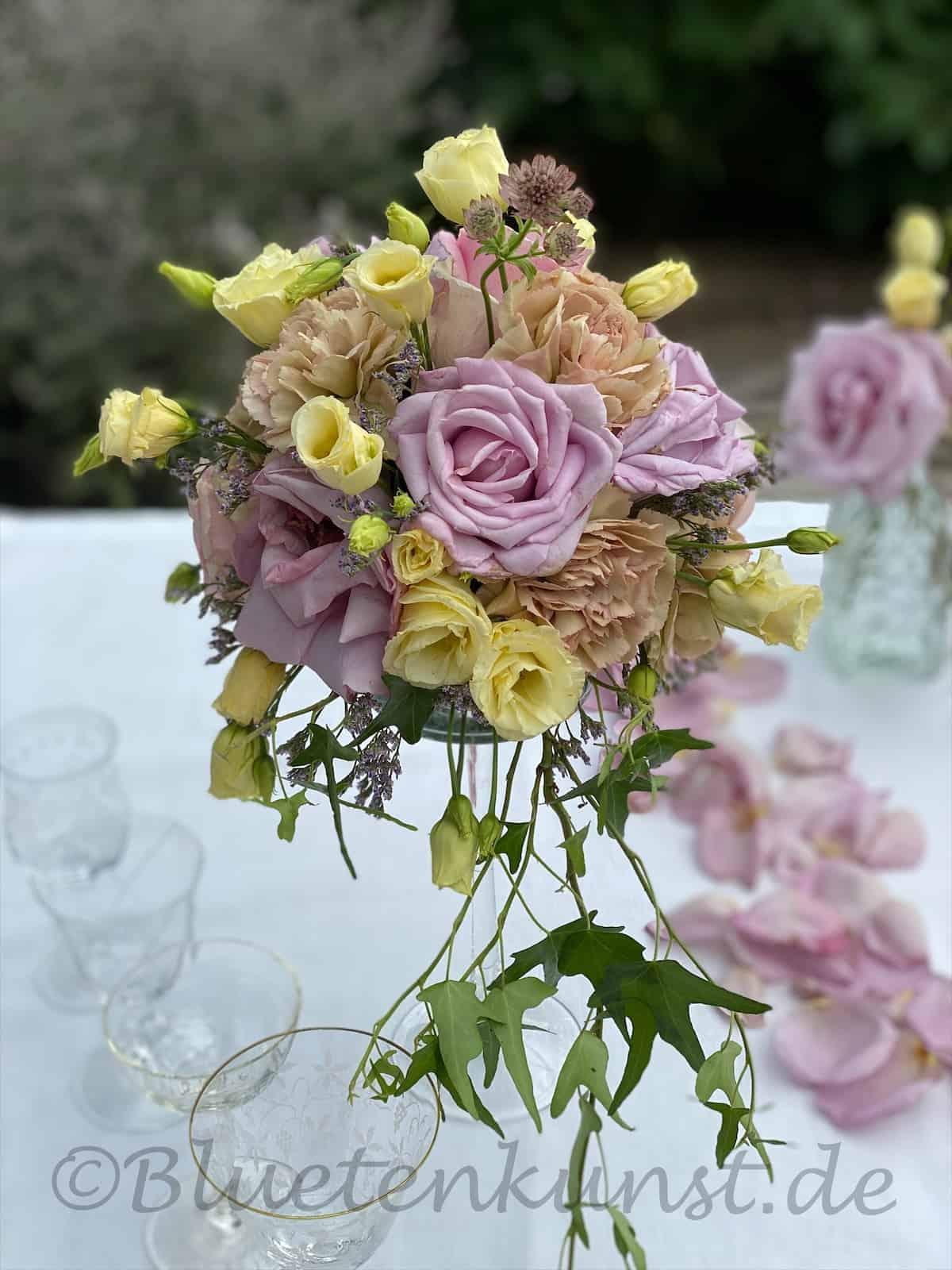 Eventfloristik Tischdeko Die Rosenkugel auf schwindliger Höhe fliederfarbene und rosa Rosen mit Lisianthus für Vintage Hochzeit in Ingolstadt