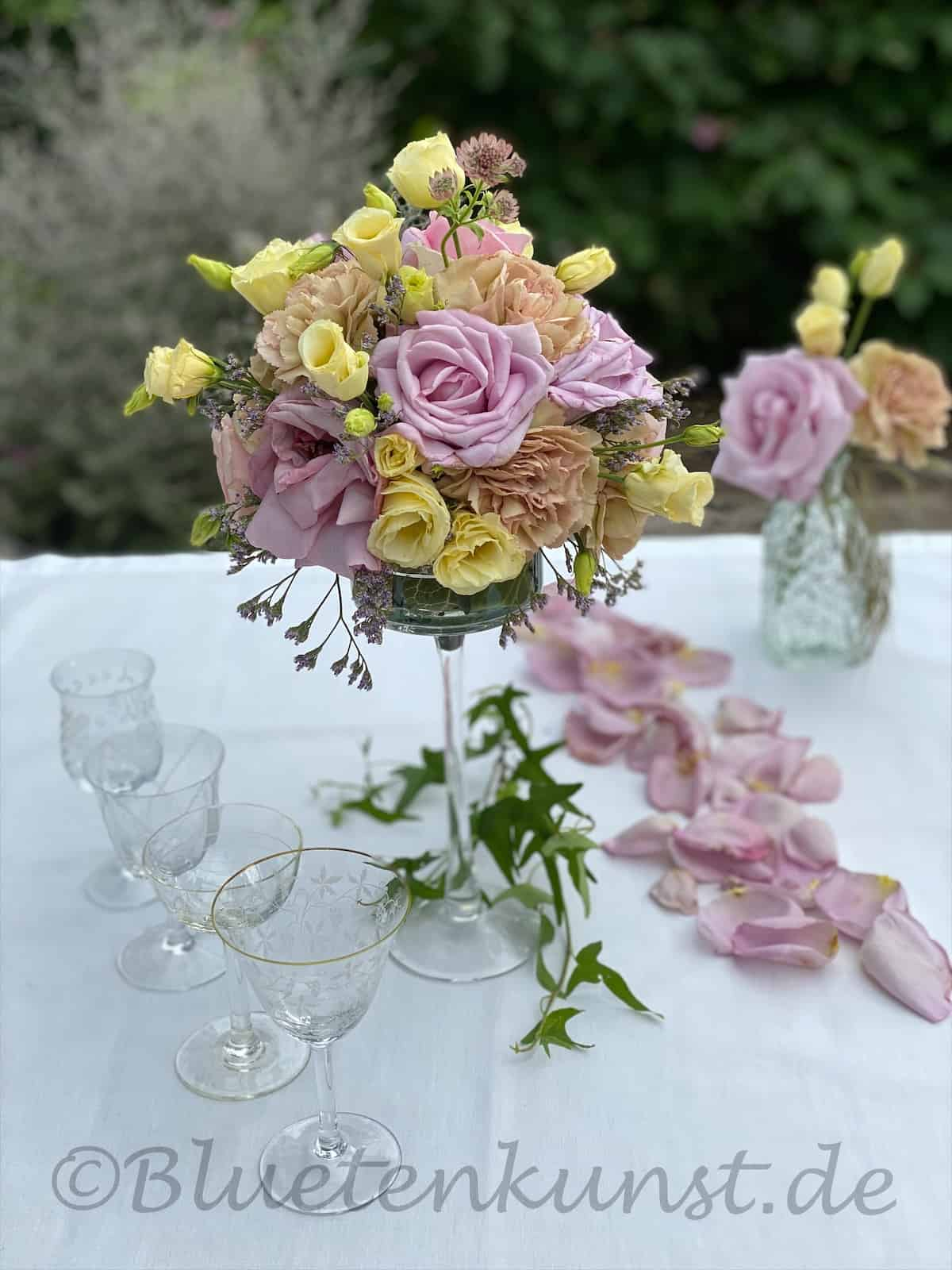 Tischgesteck Rosenkugel lila und pinkfarbene Rosen mit Nelken und Lisianthus für Hochzeit in Kirche Pörnbach