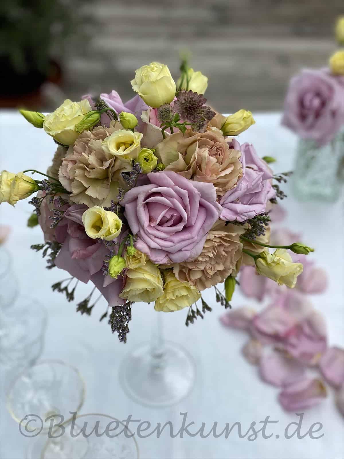 romantische Tischdekoration rosa Rosenkugel für Hochzeit in Kirche Reichertshofen