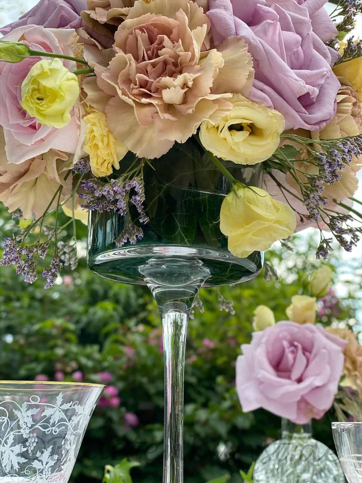 Vintage Glasvase mit Rosen von Gertis Blütenkunst