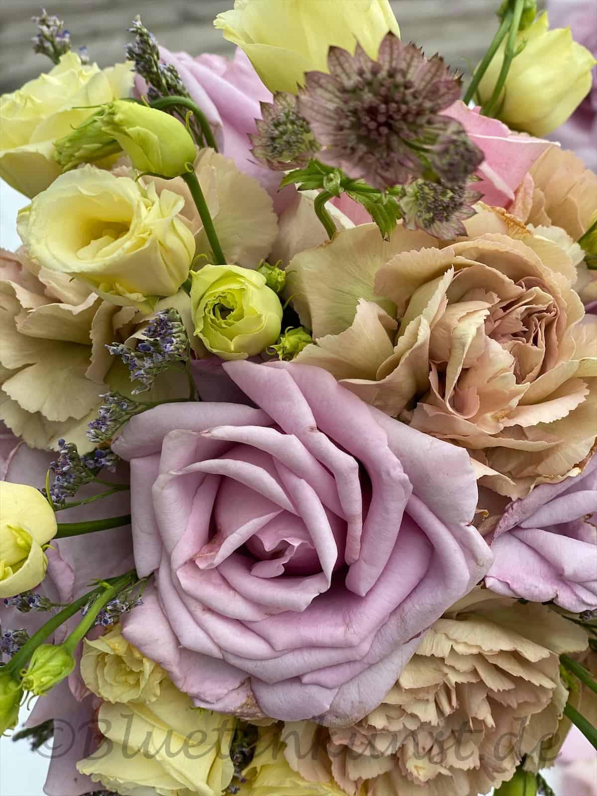 Blütentraum in rosa nudefarbene Nelke mit cremefarbenem Lisianthus, rosa Rosen, rosa Astrantia Sterndolde