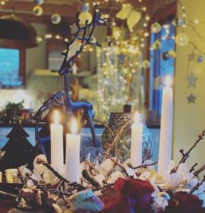 stilvoller Adventskranz 2020 und moderne Weihnachtsdeko 2020 mit 4 Kerzen und Boltze Rentier Elch im Hintergrund Vase mit Sternen & Kugeln in Pörnbach