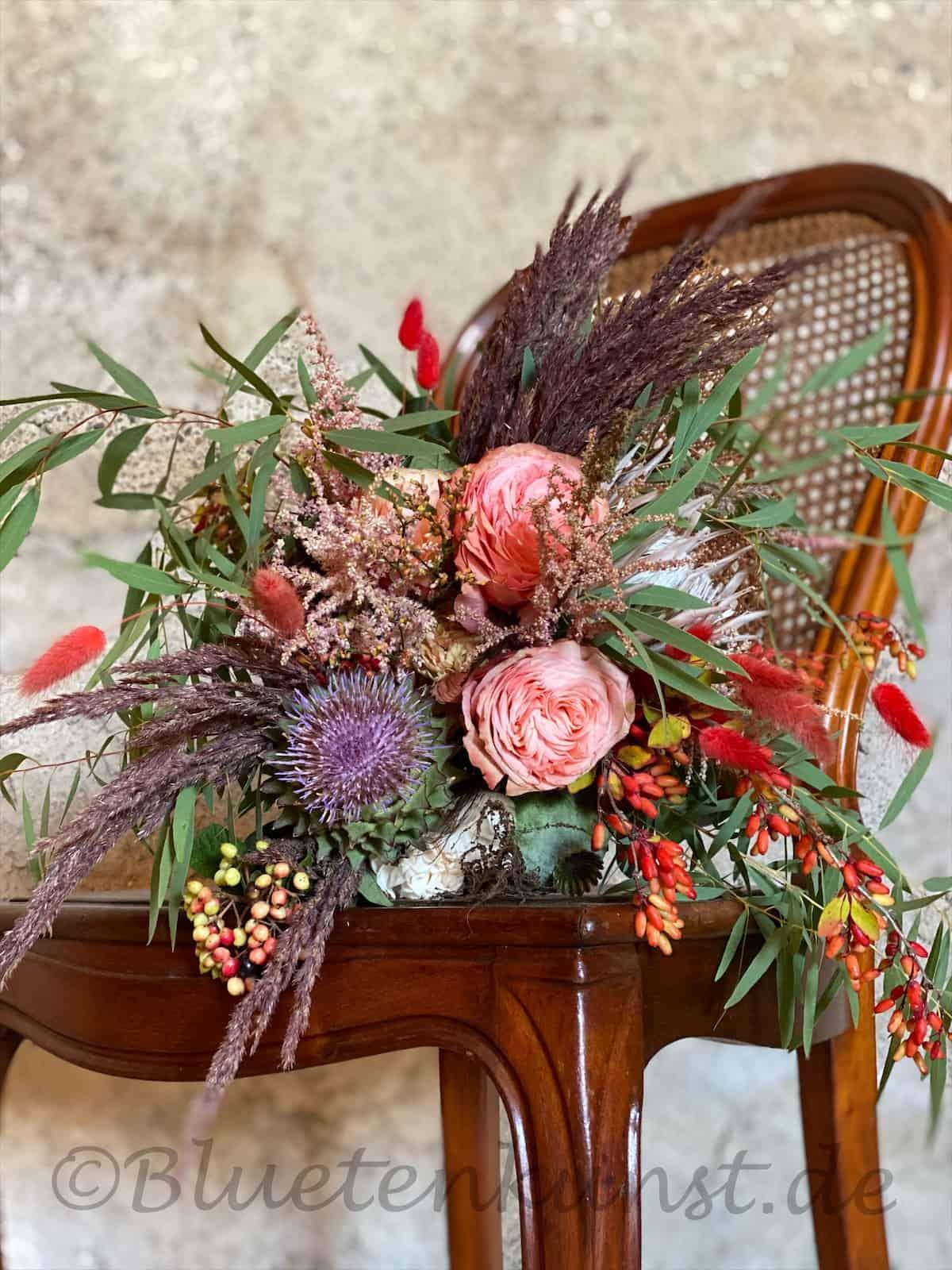 Hochzeitsfloristik brautstrauß boho auf Vintage Stuhl für Standesamt Hochzeit in Pfaffenhofen