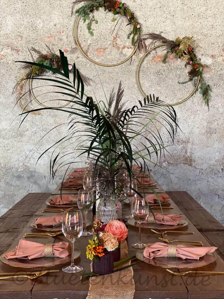 Hochzeitsfloristik Boho Tischdekoration mit Gräsern Rosen Beeren goldenes Besteck in Ingolstadt vintage