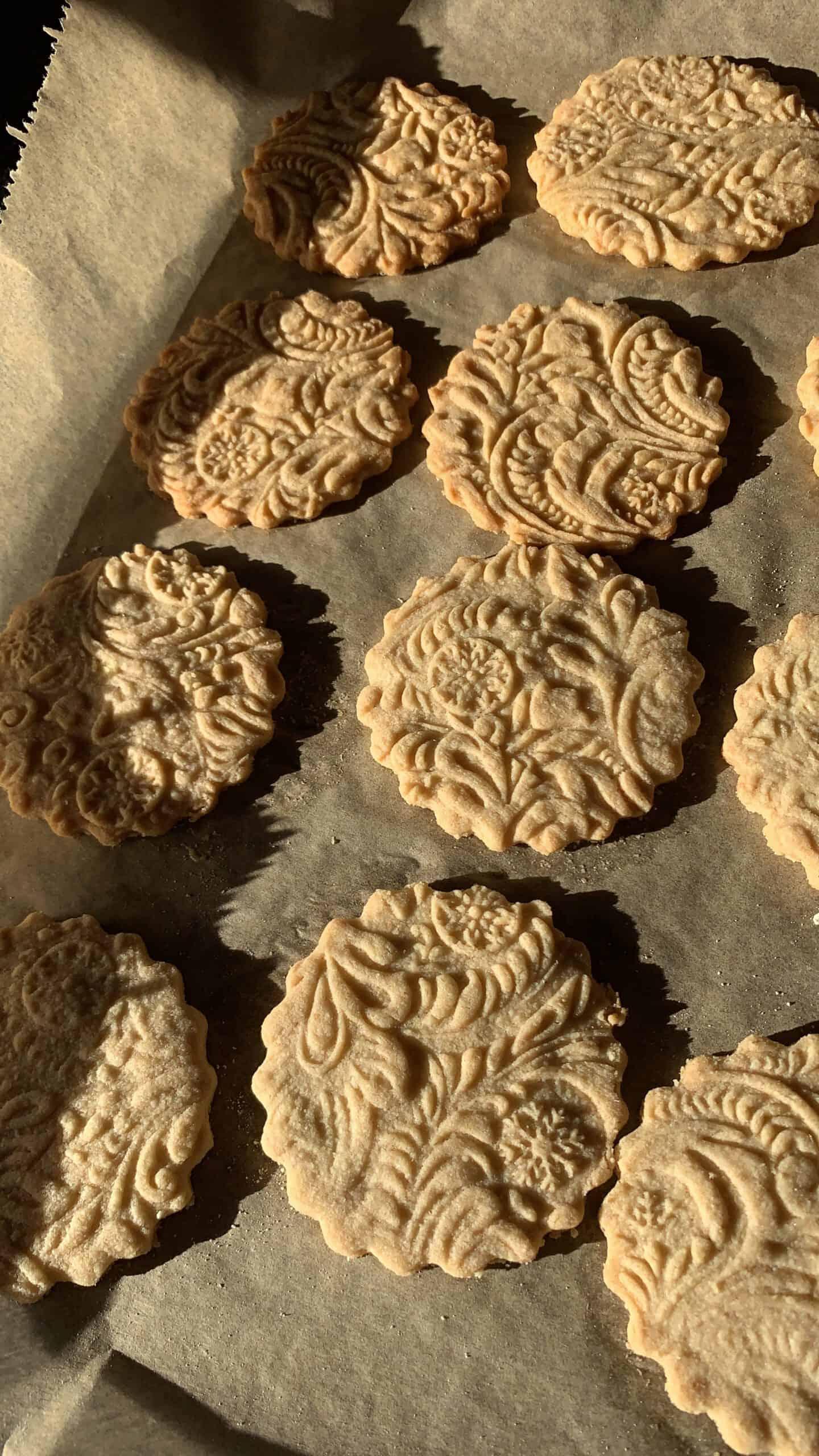 Lieblings Weihnachtsplätzchen auf dem Backblech mit Backpapier- Hildegard von Bingen Kekse mit Pastry Made Rolle ausgerollt