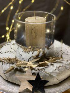 Weihnachtsdeko 2021 Windlicht von Wittkemper (Art.: 10322919 ) mit Vosteen Stumpenkerze rustic champagner und einen Kranz aus Pappel Blättern mit Blattährengras und Hirse in gold