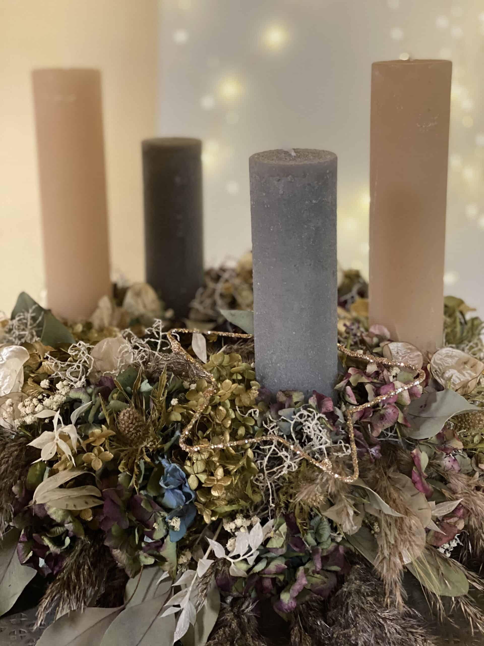 Adventskranz 2020 und moderne Weihnachtsdeko 2020 mit 4 Weizenkorn Kerzen in Farbe steingrau und nuss aus getrockneten Hortensien , Eukalyptus , Trockenblume von Gartenglück & Blütenkunst aus Pörnbach