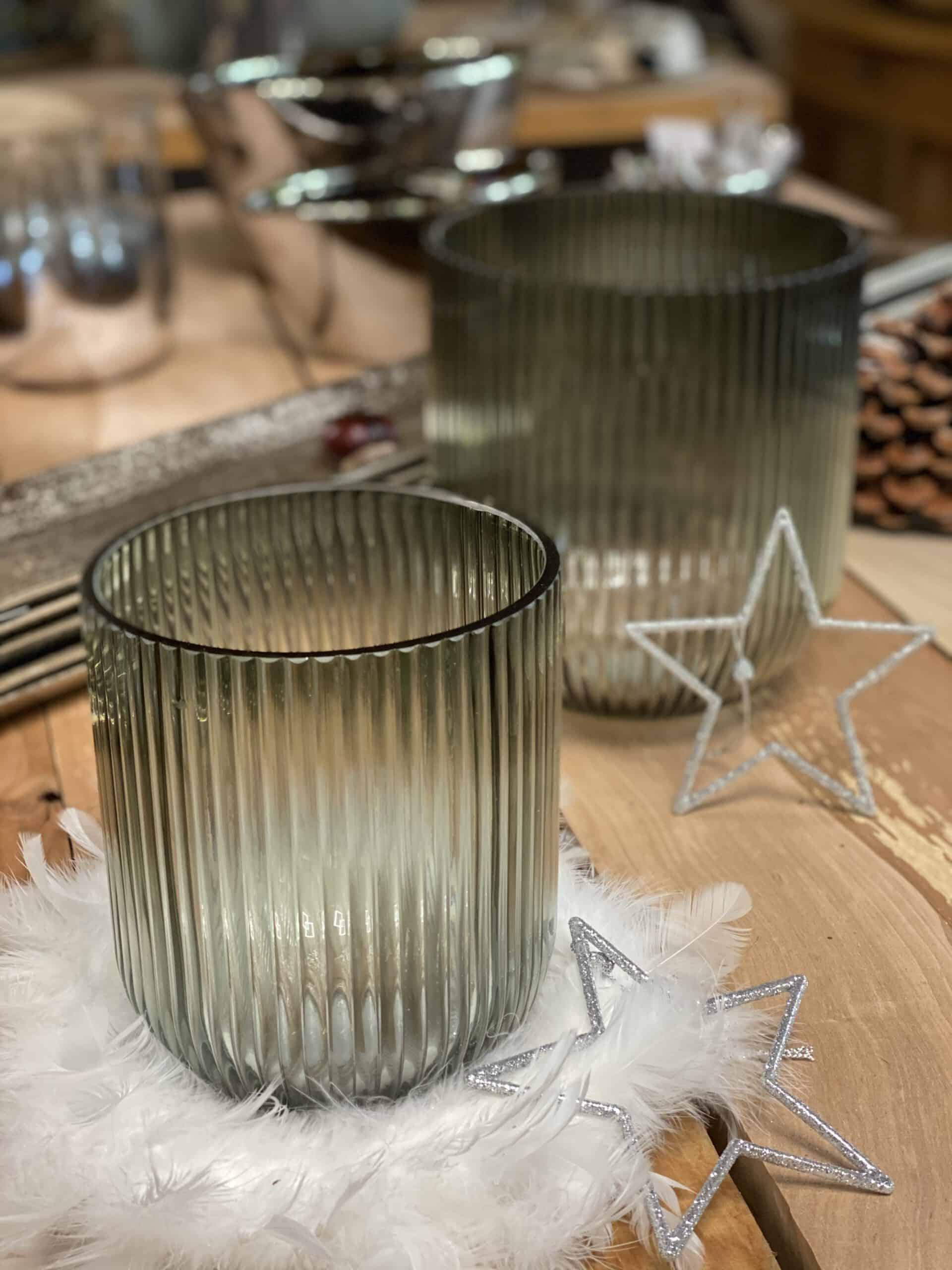 Weihnachtsdeko 2020 Windlicht - Kübel relax struktur grau von Kaheku (Art.:420637405 ) mit Stern weiß Poly von Friedrich Klocke auf Walnuss Brettern bei Gartenglück & Blütenkunst in Pörnbach