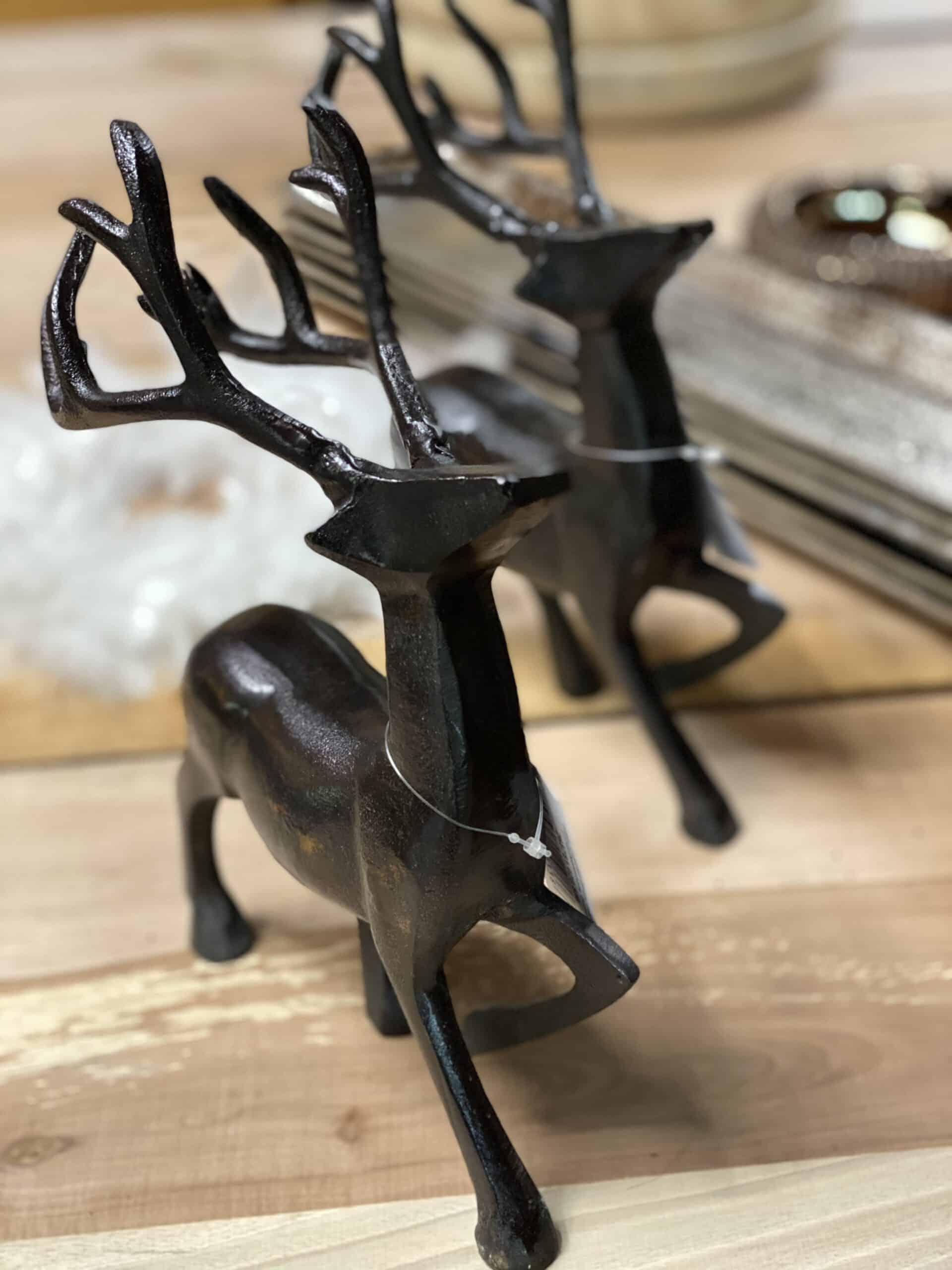 Weihnachtsdeko 2021 Deko Rentier in schwarz aluguss poliert von Schmidt (Art.: 268781022838 ) auf Walnuss Holzbrett bei Gartenglück und Blütenkunst in Pörnbach