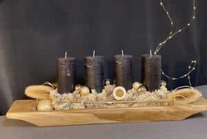 moderne weihnachtsdeko 2021 mit 4 Schwarzen Rustic Stumpen Kerzen von Kaheku , Islandmoos , Trockenblume , Distel auf Teaktablett exklusiv vintage
