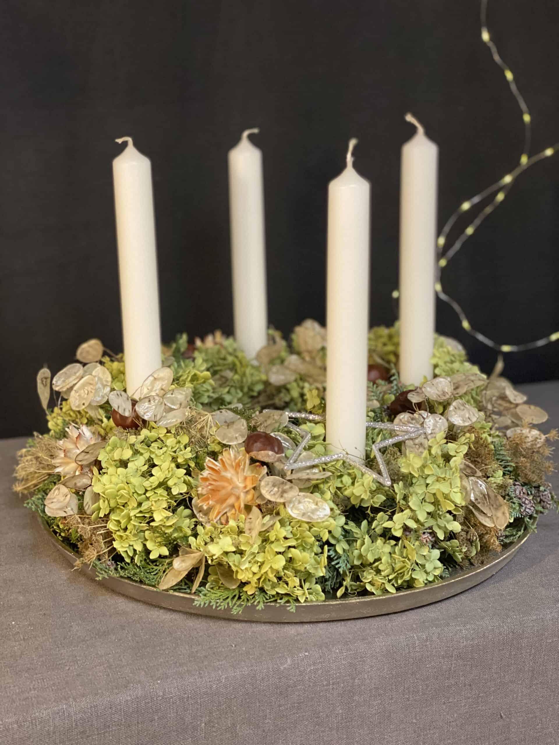 Advendskranz 2021 mit 4 weißen Kerzen, Hortensien, Trockenblumen