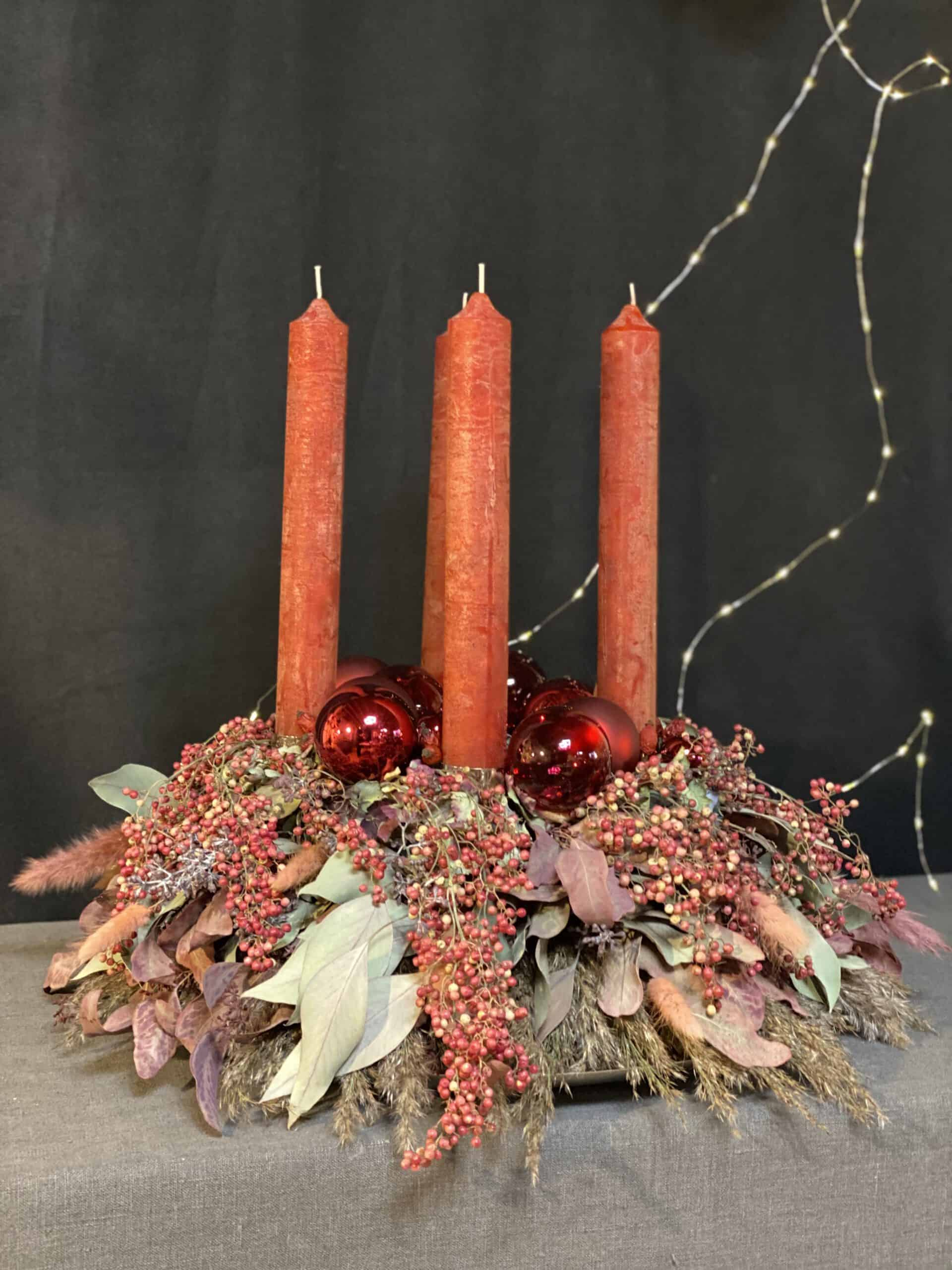 Exklusiver Adventskranz 2021 mit langen roten Kerzen und roten Pfeffer, Eukalyptus