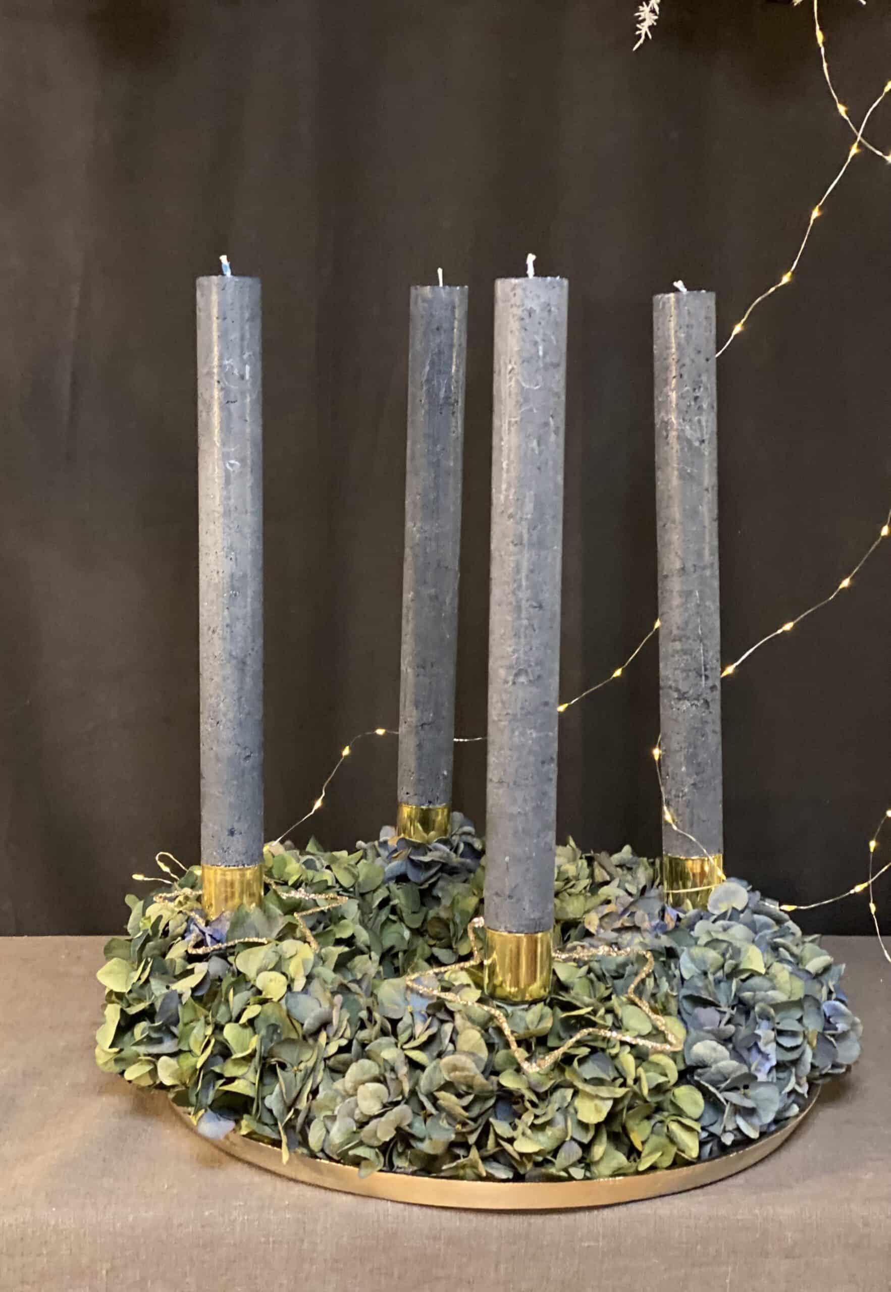 exklusiver moderner Adventskranz 2021 mit langen Weizenkornkerzen in Farbe petrol und blauen Hortensien auf Goldtablett