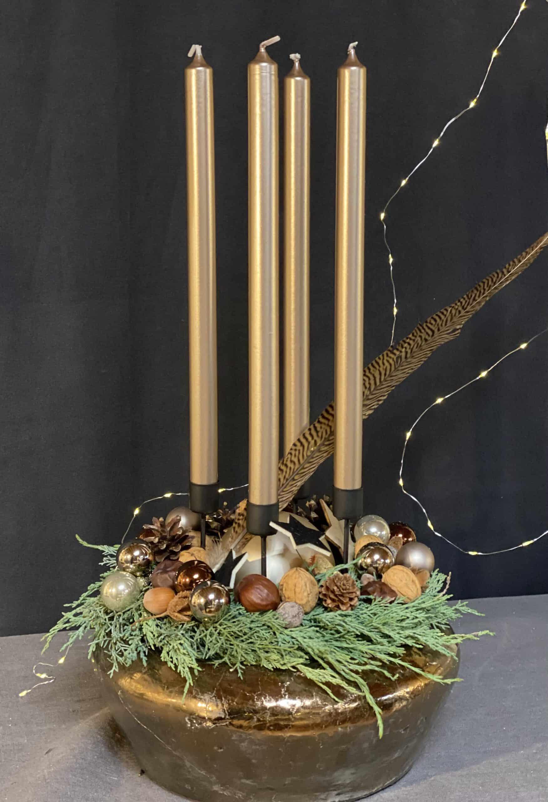 extravaganter Adventskranz 2021 mit 4 langen Gold Kerzen und einer Gold Schale von Kwoka