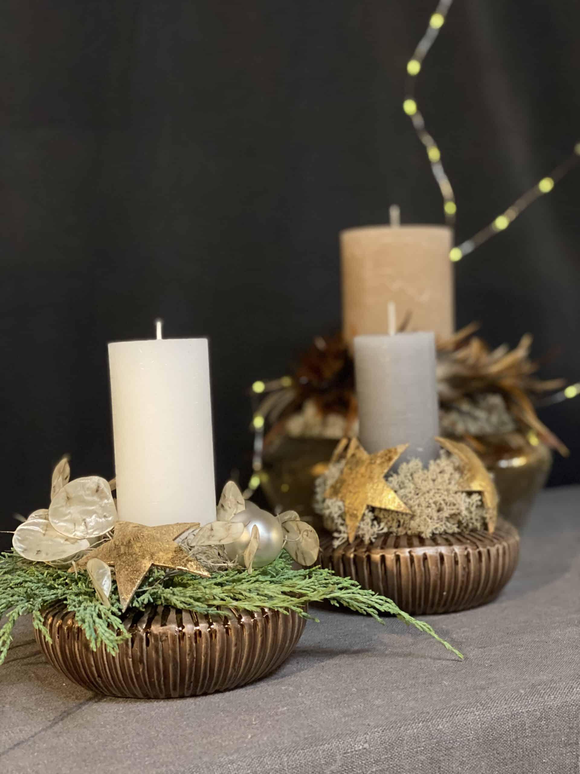floristische Weihnachtsdeko 2021 mit kupferfarbene Schalen mit Kerzen in weiß, grau & sand von Kaheku - Kokosstern Silberblatt Islandmoos Federn Weizenkorn Kerze
