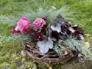 modernes Allerheiligen Grabgesteck, Trauerfloristik und Grabbepflanzungen von Gartenglück & Blütenkunst aus Pörnbach