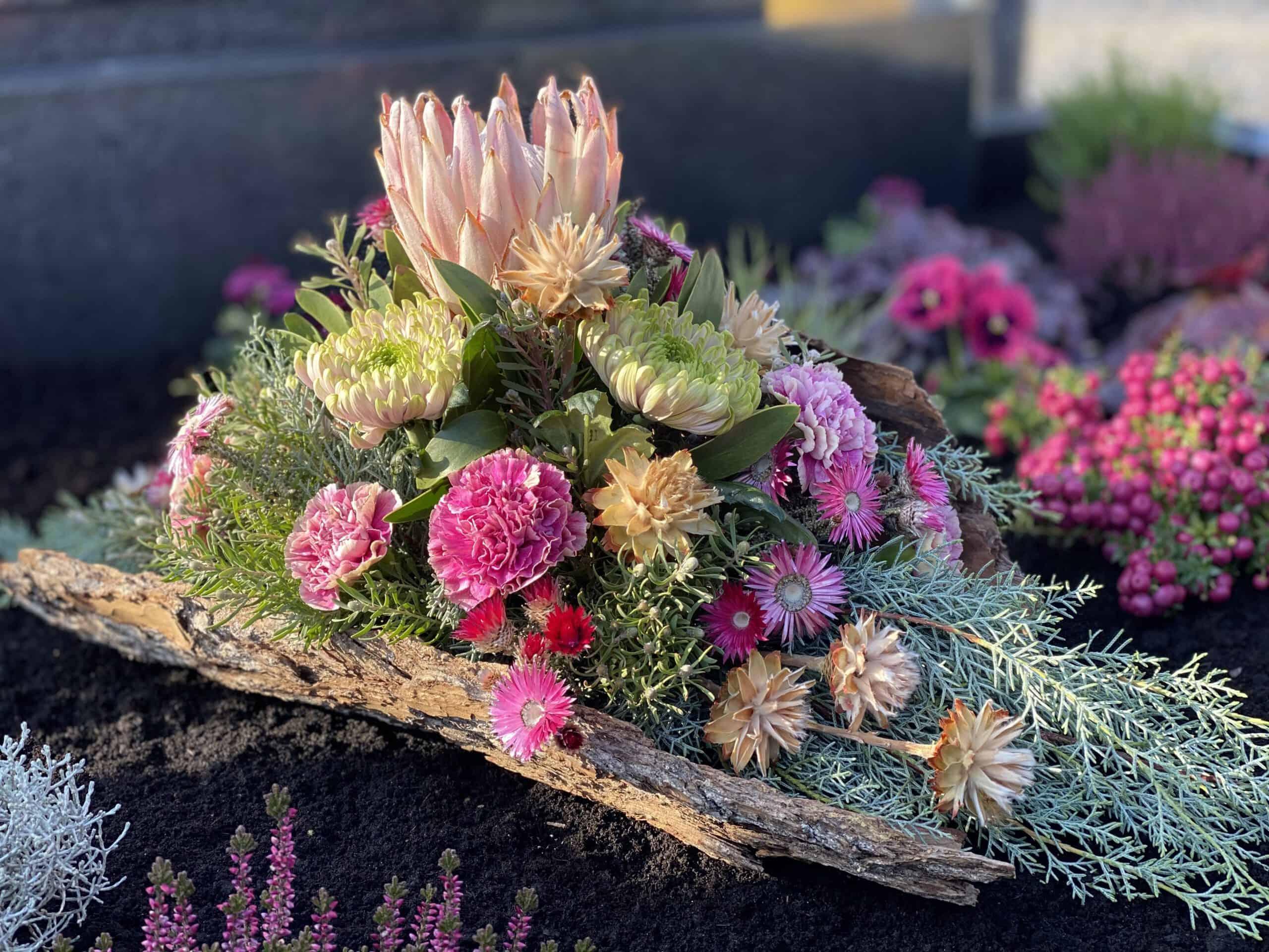 Allerheiligengestecke , Grabgesteck und moderne Trauergestecke mit Protea, Moos aus Pörnbach in Bayern