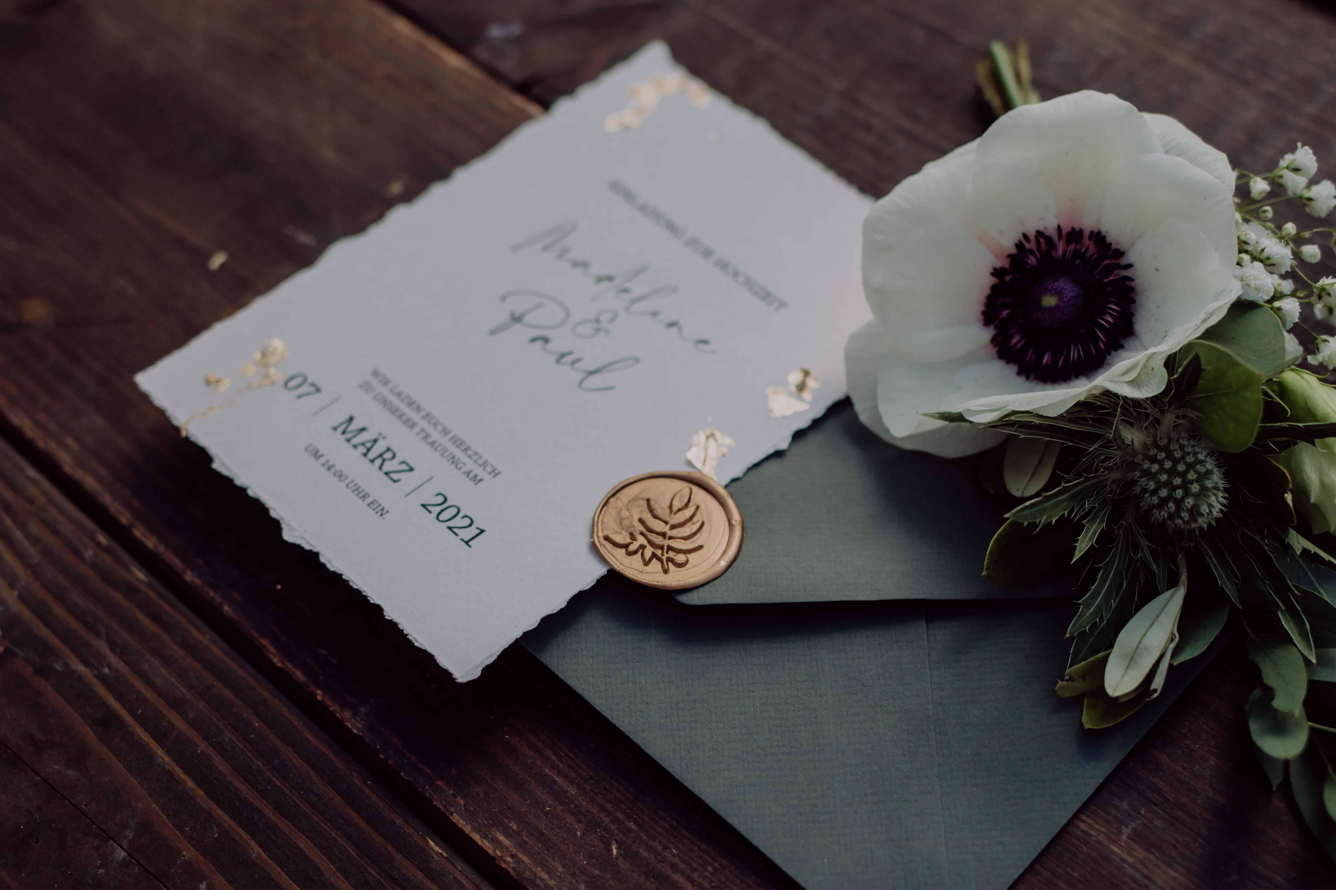Hochzeitsfloristik und Papeterie Einladungskarte Papterie mit Anstecker für Bräutigam mit Anemone für Grüne Hochzeit mit Blumen aus Pfaffenhofen