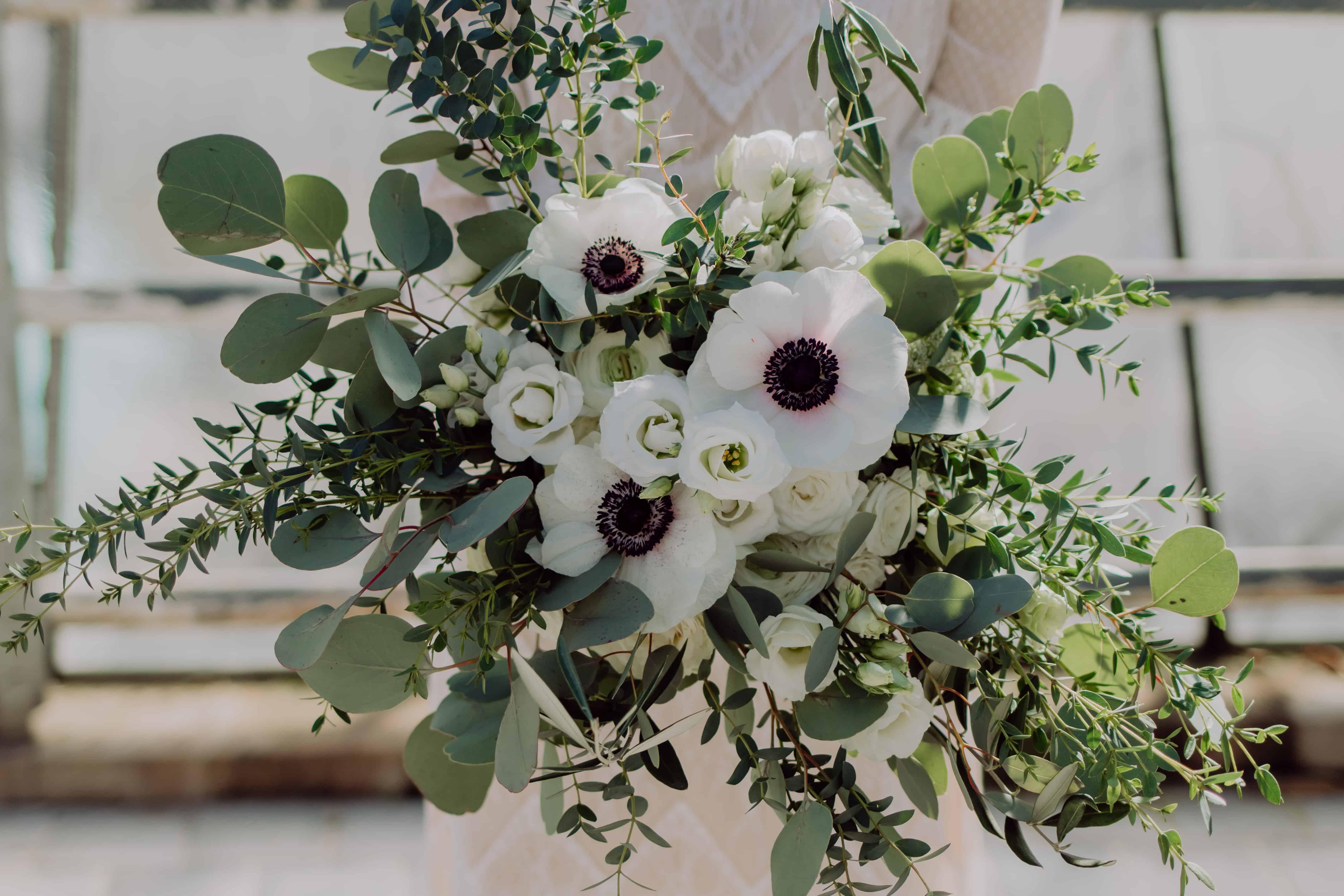 Hochzeitsfloristik wild und locker gebundener Brautstrauß mit Anemone, Eucalyptus, Ranunkel für Greenery Wedding und Blumen aus einem Garten Pfaffenhofen