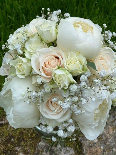 Brautstrauß in weiß für Gartenglück & Blütenkunst aus Pörnbach mit Pfingstrosen , cremefarbene Weddingrose vendela , schleierkraut , polyanter rose