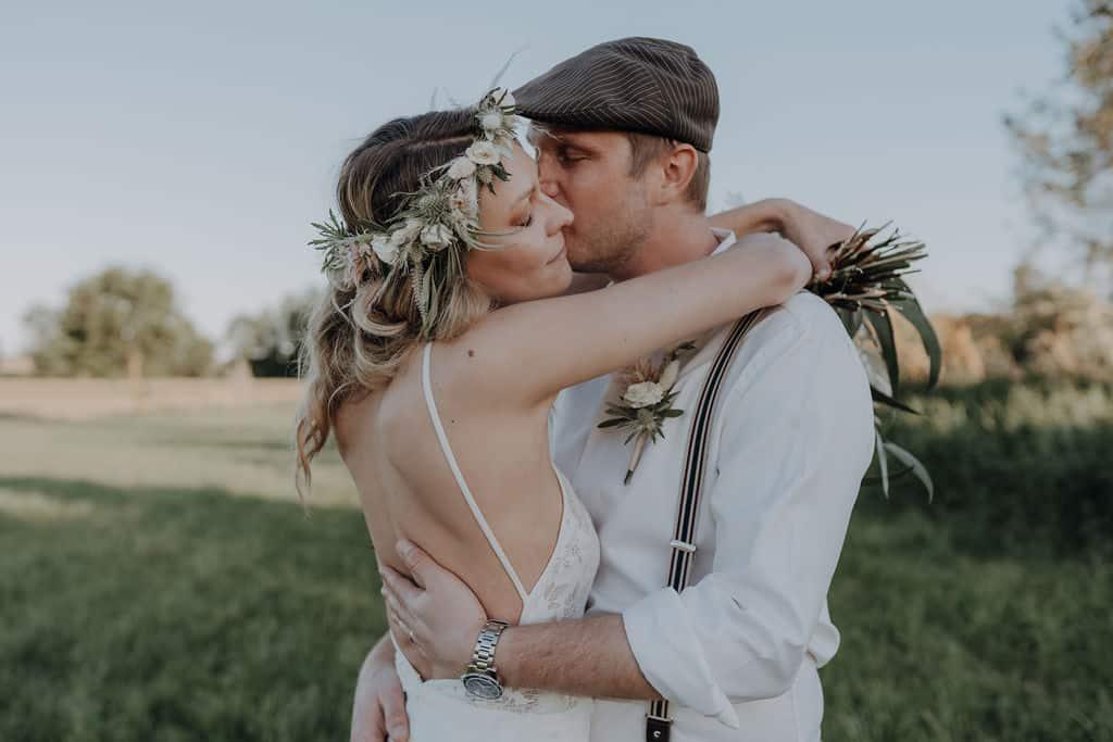 Boho Style Hochzeit von Daniela und Tom aus Paffenhofen / Ilm geheiratet wurde im Boho Style - die Braut trägt einen blumenkranz für hochzeit vintage und Trockenblumen - die Fotos wurden in den Paarauen in der Nähe von Pörnbach aufgenommen