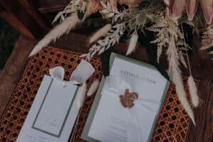 Einladungskarte und Tisckarte für Hochzeit von Daniela und Tom - handgemachte Papeterie für Traumhochzeit auf vintag möbel mit Trockenblumenstrauß
