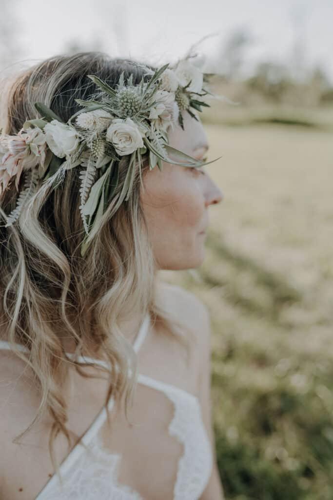 Hochzeitsfloristik Boho Haarkranz aus Trockenblumen , Polyanter Rosen, Disteln für freie Wiesen Hochzeit in Pfaffenhofen Bayern