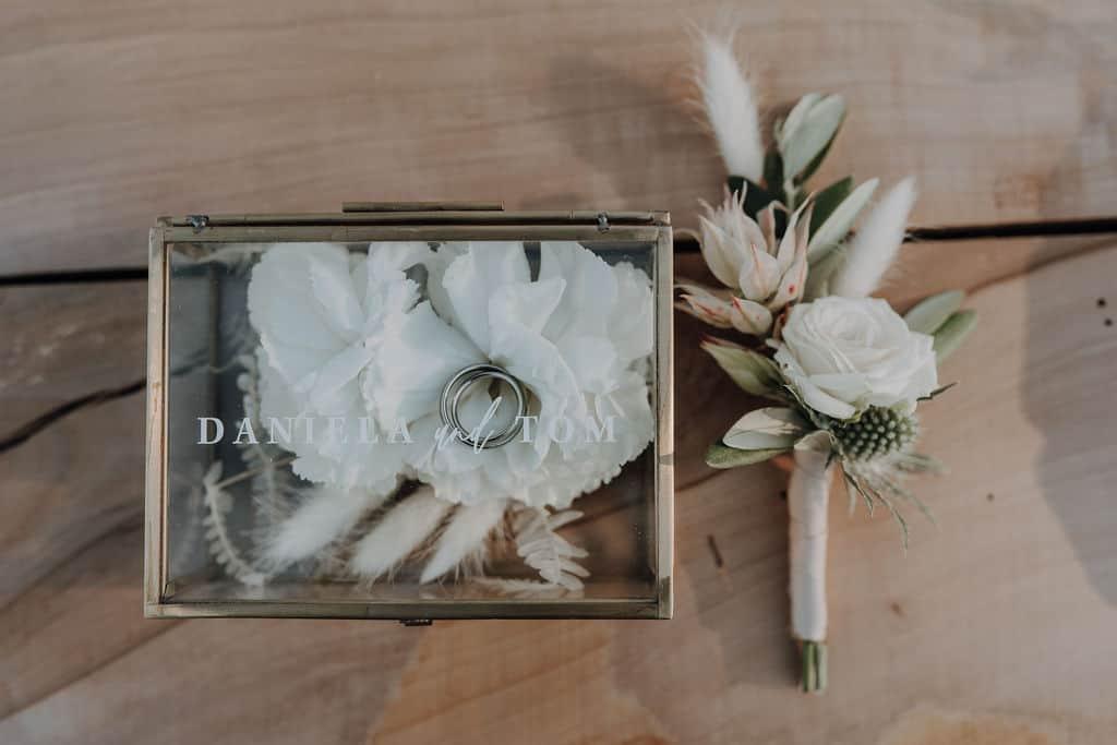 Ringbox mit Trauringen , Trockenblumen, Rosenblüten - Groom Anstecker mit Rose und Trockenblumen
