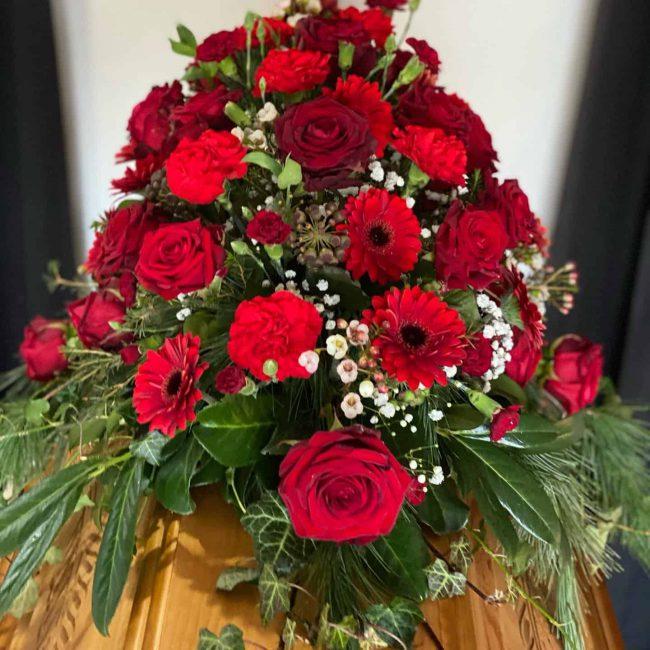 Sargbukett klassisch mit roten Rosen, Gerbera für christliche Trauerfeier in Baar-Ebenhausen