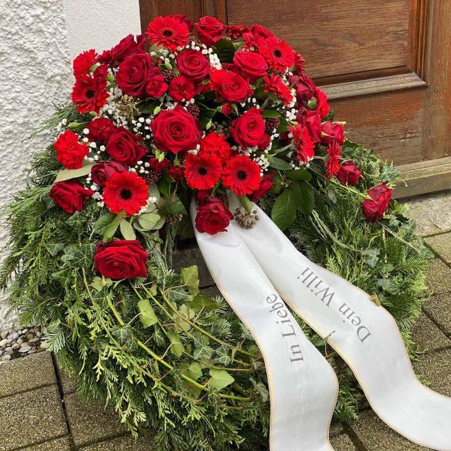 großer Trauerkranz klassisch 70 cm Durchmesser mit roten Rosen, Gerbera für christliche Trauerfeier in Baar-Ebenhausen