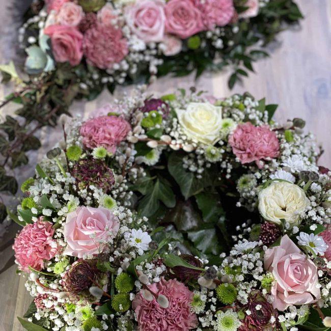 modernes Trauerherz und Urnenkranz in weiss, pink, lila, rosa , bunt mit Rosen, Ranukel, Nelken , Schleierkraut, Crysamtheme