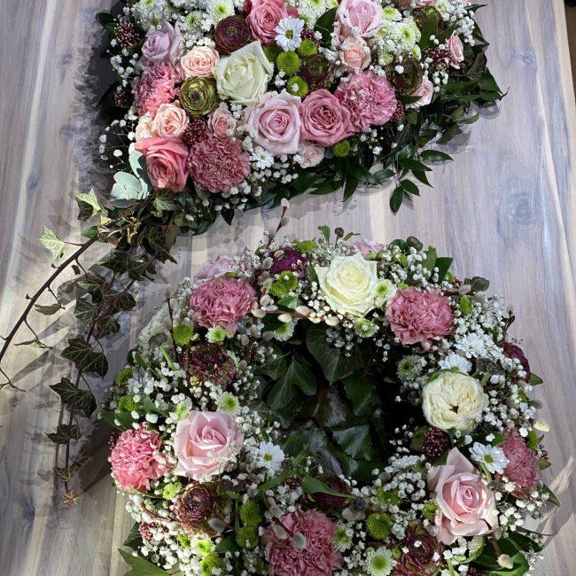 moderne Trauerkränze und Herz in weiss, pink, lila, rosa , bunt mit Rosen, Ranukel, Nelken , Schleierkraut, Crysamtheme