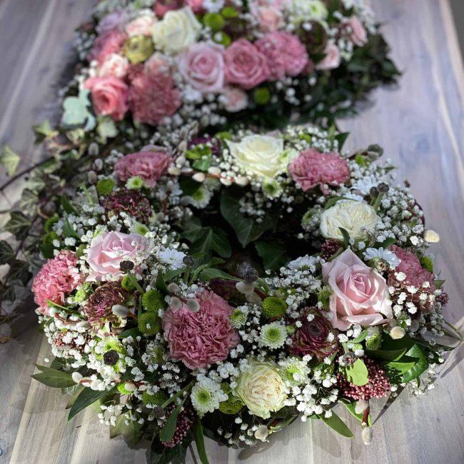 moderne Trauerherzen und Urnenkränze in weiss, pink, lila, rosa , bunt mit Rosen, Ranukel, Nelken , Schleierkraut, Crysamtheme
