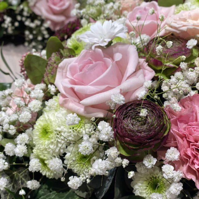 modernes Trauerherz und Urnenkranz in weiss, pink, lila, rosa , bunt mit Rosen, Ranukel, Nelken , Schleierkraut, Crysamtheme - nahaufnahme