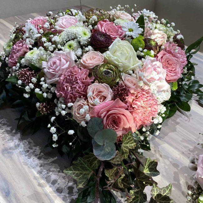 modernes Blumen Trauerherz in weiss, pink, lila, rosa , bunt mit Rosen, Ranukel, Nelken , Schleierkraut, Crysamtheme