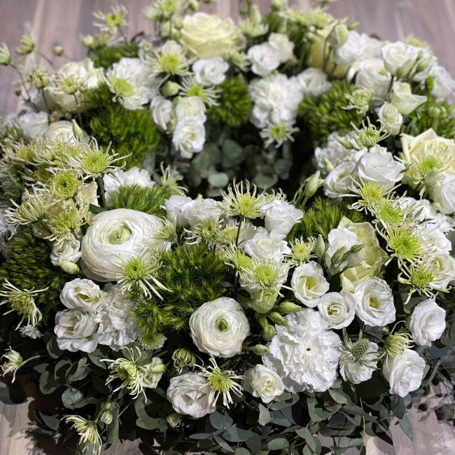 Urnenkranz modern Frühling in weiss und grün mit Rose, Nelke, Lisyanthus, Chrysamthemen, Ranunkel