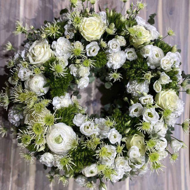 stilvoller Trauerkranz modern Frühling in weiss und grün mit Rose, Nelke, Lisyanthus, Chrysamthemen, Ranunkel