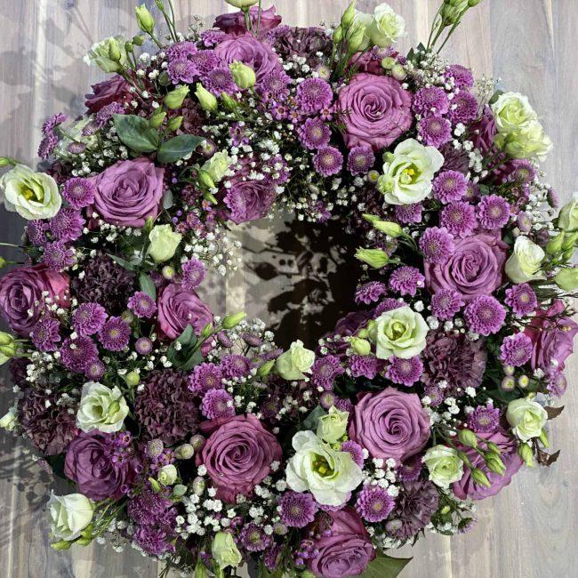 stilvoller Moderner urnenkranz in violett - lila mit Rosen, Lisianthus, Schleierkraut, Nelken - Nahaufnahme