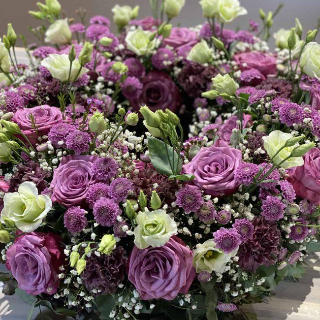 Moderner Trauerkranz in violett - lila mit Rosen, Lisianthus, Schleierkraut, Nelken, Chrysanthemen