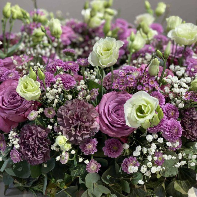 Moderner Trauerkranz in violett - lila mit Rosen, Lisianthus, Schleierkraut, Nelken - Nahaufnahme